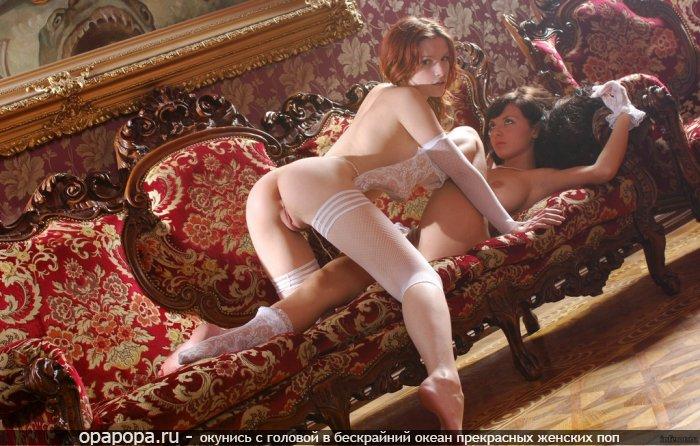 Неопытные девушки с привлекательными маленькими упругими попками играют на диване без трусиков но в чулочках