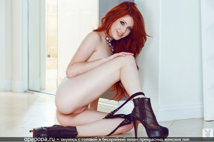 Опытная рыжая женщина с девичьей смачной задницей без труселей сидя на полу в туфлях на огромной шпильке