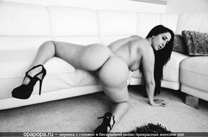 Опытная женщина азиатка Лидия с большой попкой на диване