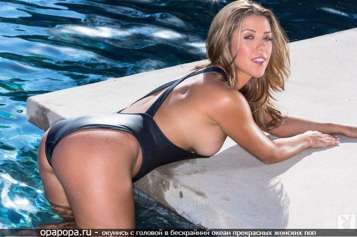 Опытная женщина блондинка Веста с аппетитной попкой у бассейна в купальнике