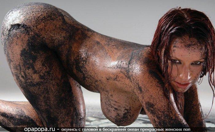 Опытная женщина огненно-рыжая с эффектной спортивной попкой без трусов грудью