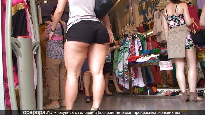Опытная женщина с гигантской попой на публике в шортах