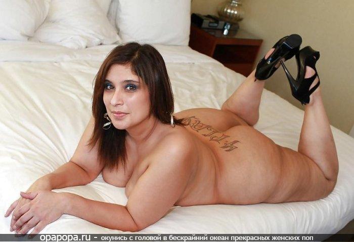 Опытная женщина с громадной попой на кровати без труселей с огромными дойками