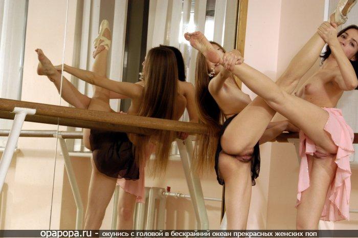 Подружки миниатюрные балерины у зеркала без труселей растягивают свои крепкие попы