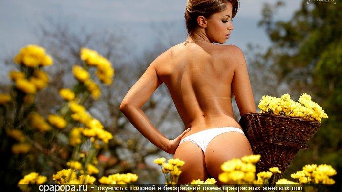 Русоволосая с привлекательной попкой на природе в трусиках-тангах