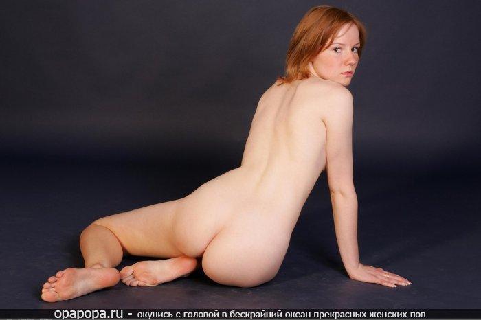 Рыжая нимфетка на полу
