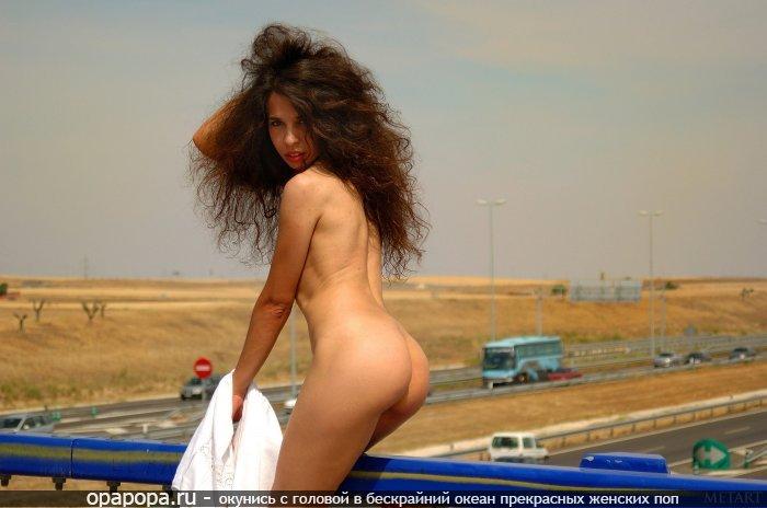 Рыжеволосая Малика с девичьей попой на публике без труселей