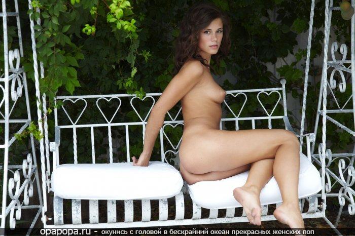 Шатенка Аксинья с крепкой грудью на заднем дворике в качели с привлекательной сочной попкой без трусиков