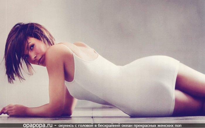 Шатеночка с лакомой сочной попой на полу в платье