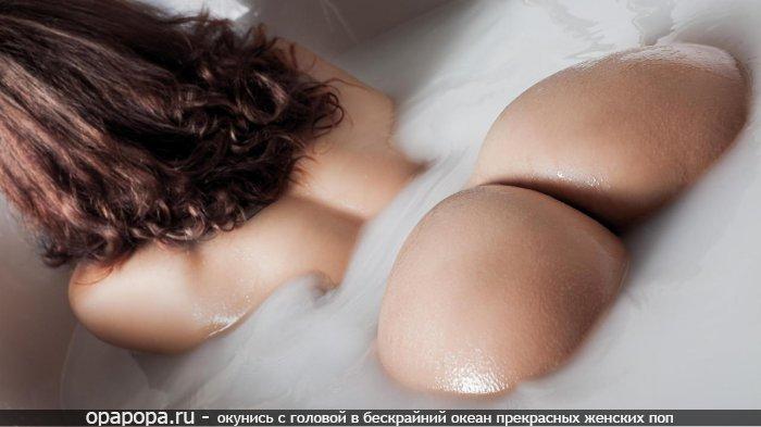 Шатеночка с сочной спелой попкой в ванной без трусов
