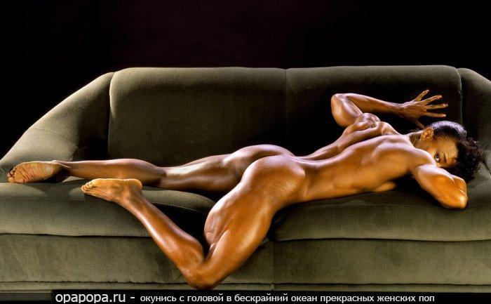 Шоколадка с небольшой крепкой упругой задницей на диване без трусиков