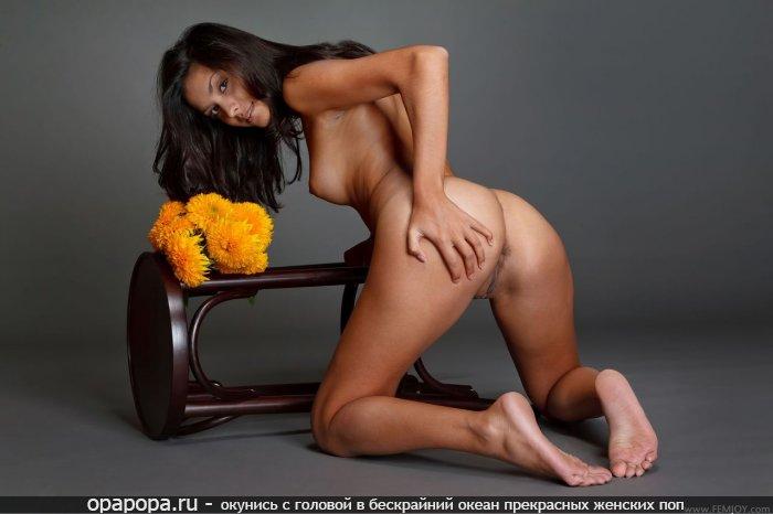 Смуглая черноволосая молодая женщина с крепкой грудью и лакомой сочной задницей без труселей