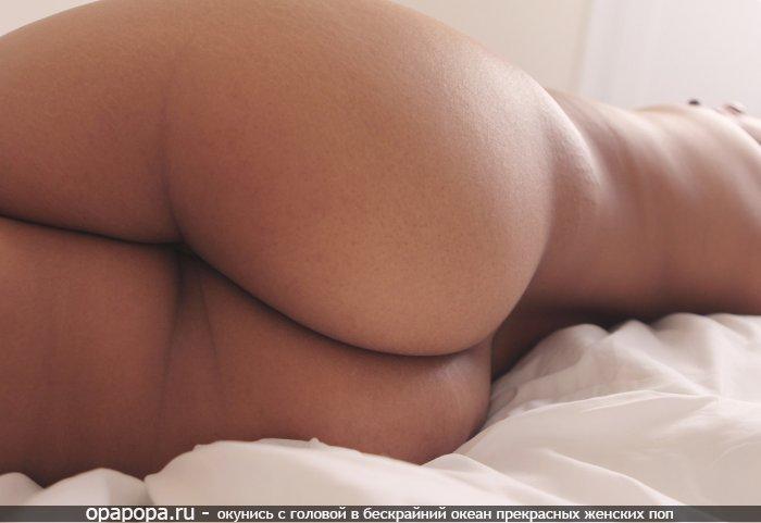 Смуглая девушка с большой попкой на кровати