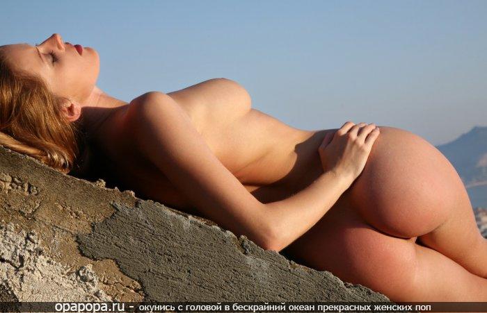 Смуглая девушка с смачной попой на природе грудью