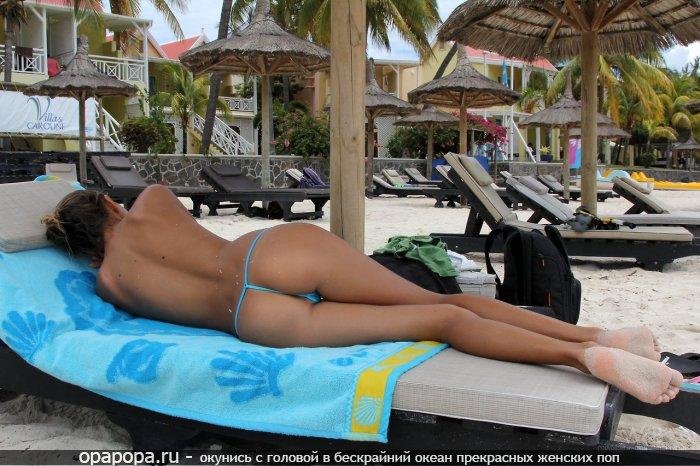 Смуглая молодая Бенедикта с длинными ногами и девичьей спортивной попой на пляже в купальных стрингах