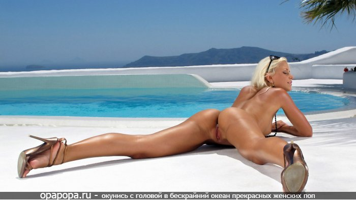 Смуглая светловолосая Лола со смачной попкой у бассейна без труселей