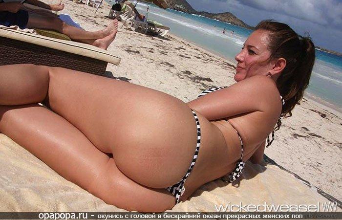 Смуглая темненькая с девичьей упругой попкой на пляже в стрингах