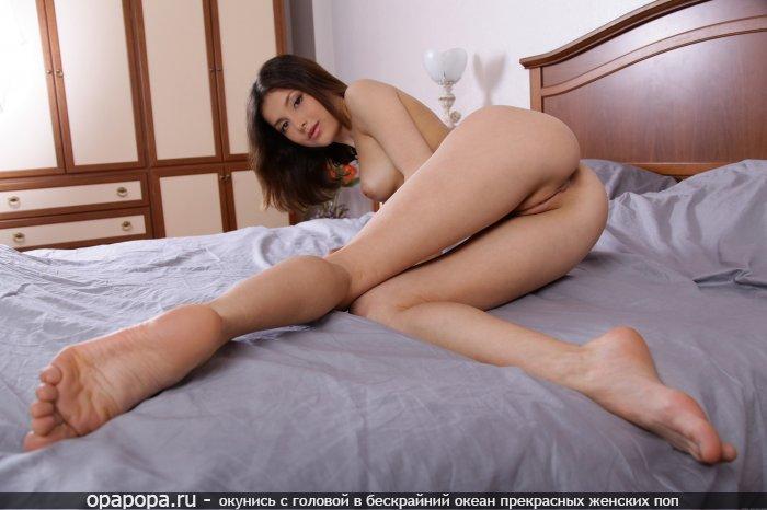Смуглая Ярина с аппетитной попой на кровати без труселей грудью