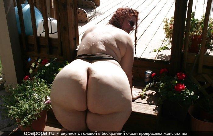 Спелая женщина с громадной попкой на улице без трусиков