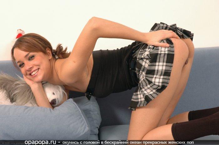 Студентка шатеночка с привлекательной эффектной попкой без трусиков под юбкой