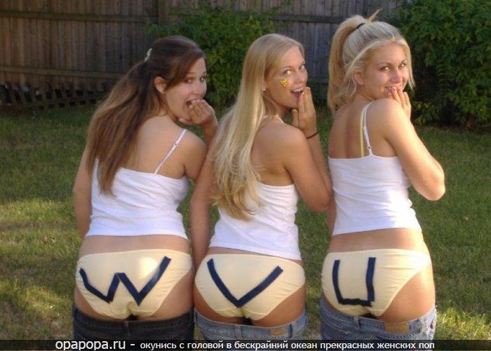 Студентки с привлекательными сочными попками позируют на улице без джинсов в трусах