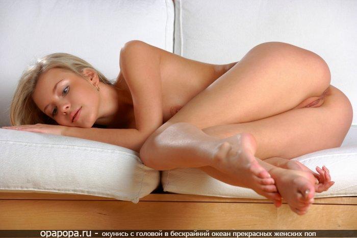Светловолосая с упругой попкой на диване без труселей