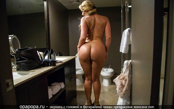 Светловолосая женщина со зрелой упругой задницей у зеркала без трусов