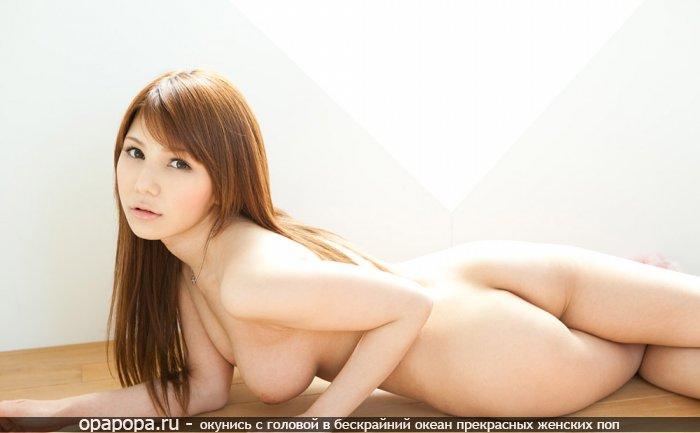 Тайка Томила с привлекательной сочной попочкой без трусов и большой сочной грудью