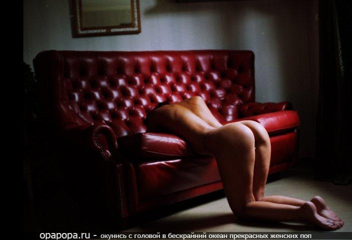 Темненькая молодуха с эффектной спелой задницей на диване без труселей