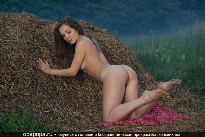 Темнорусая молодая девушка с сочной смачной попой возле стога сена без труселей