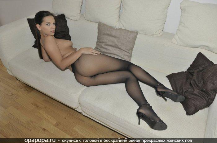 Темнорусая Стефания с смачной попкой на диване без трусов