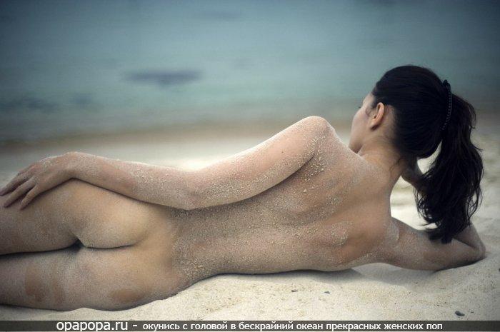 Темноволосая Алсу с небольшой крепкой попкой на пляже без труселей