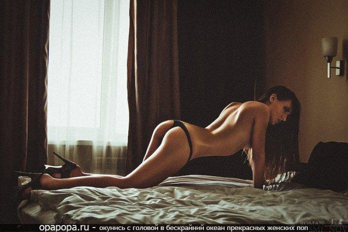 Темноволосая Грета с миниатюрной задницей на кровати в стрингах
