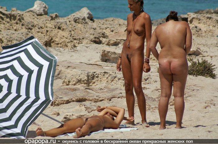 Темноволосая Капитолина с внушительной задницей на пляже без труселей