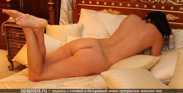 Темноволосая Рузанна со зрелой крепкой задницей на кровати без трусиков