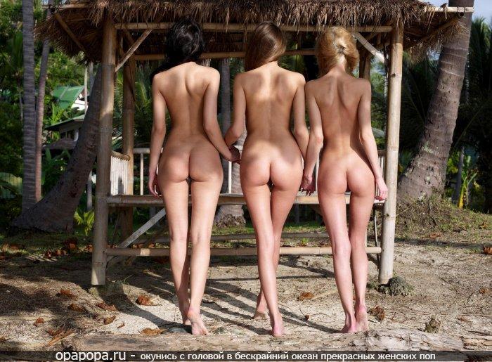 Три подружки отдыхают без трусов на природе показывая свои маленькие спортивные попки