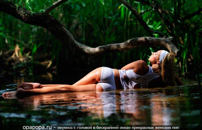 Вымокшая блондиночка с маленькой крепкой попой на природе в шортах
