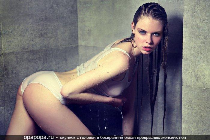 Вымокшая черногривая в трусах