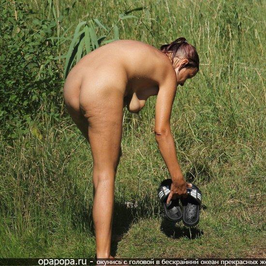 Взрослая женщинарешила искупаться на дикой природе без трусиков, показав свою дряблую задницу