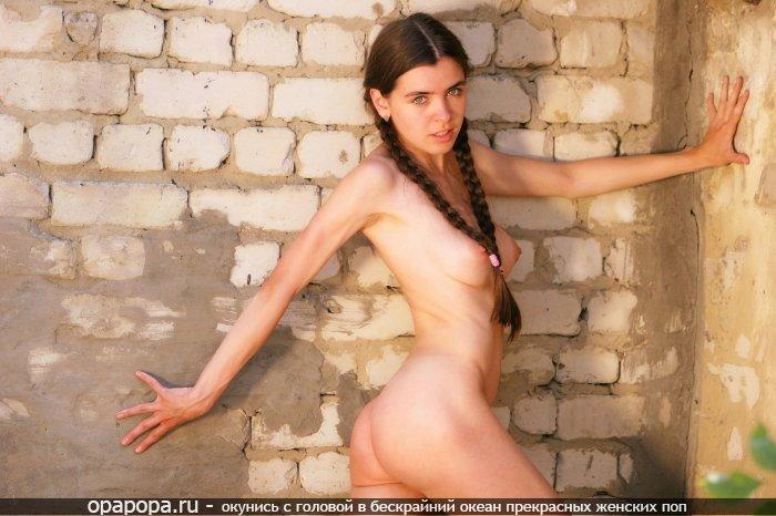 Юная девушка с привлекательной небольшой попой без труселей с крепкими сиськами на стройке