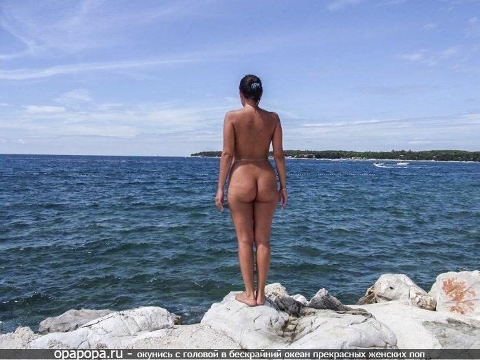 Загорелая брюнетка Архелия с девичьей сочной задницей без труселей у моря