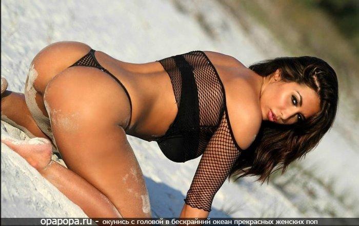 Загорелая черноволосая с вкусной попкой на пляже в мини купальнике