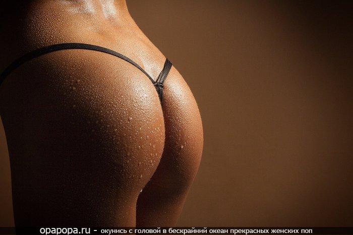 Загорелая промокшая девушка Лия с небольшой попкой в купальнике