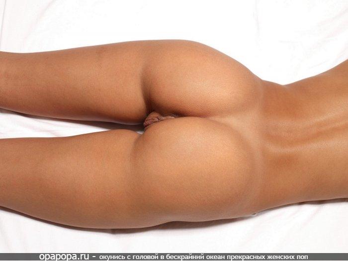 Загоревшая девушка Лия с аппетитной упругой задницей без трусиков