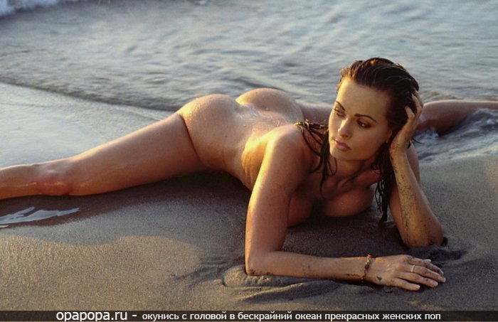 Загоревшая мокрая девушка с упругой попой на пляже