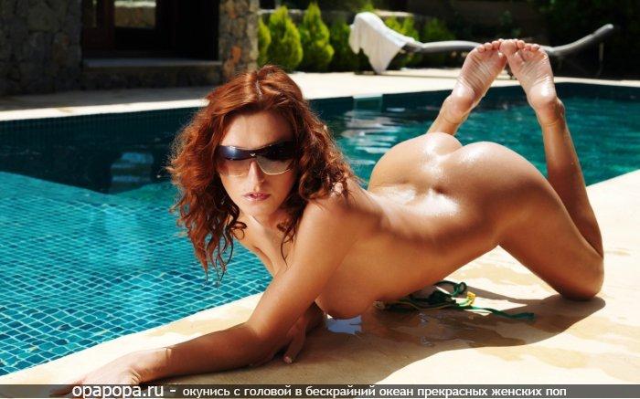 Загоревшая опытная женщина рыжая грудью