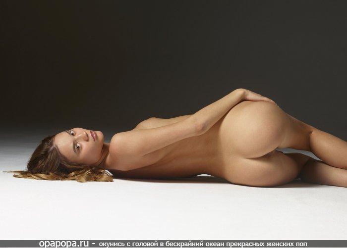 Загоревшая шатеночка Элеонора с сочной смачной задницей без трусов с маленькой грудью