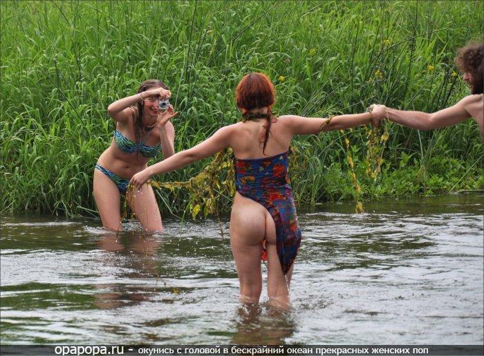 Зрелая рыжеволосая женщина с голой задницей под юбкой на реке