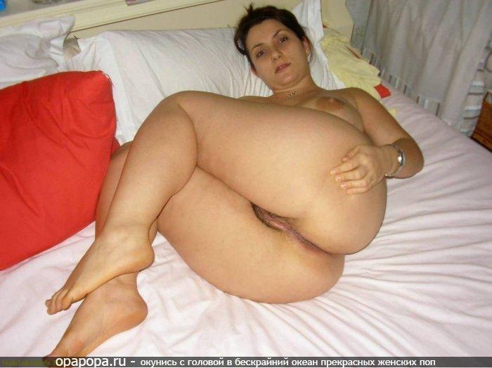 Зрелая темноволосая женщина с гигантской сочной жопой на кровати без труселей