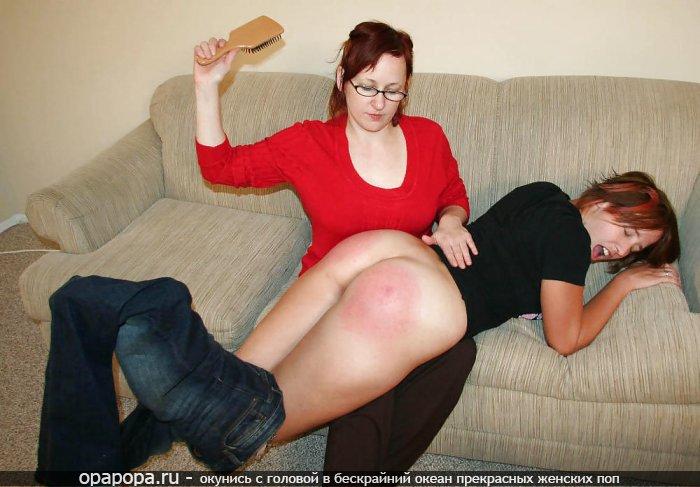Зрелая женщина наказывает свою дочь студентку по ее массивной привлекательной попке спустив с нее джинсы с трусами